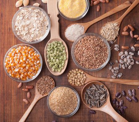 Graangewassen, zaden, bonen op houten achtergrond. Stockfoto - 28815579