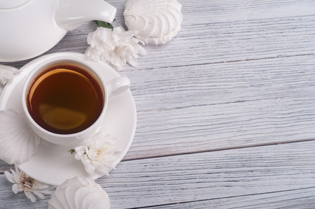 tarde de cafe: Taza de té servido en mesa de madera Foto de archivo