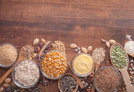 semillas de girasol: Los granos de cereales, semillas, frijoles sobre fondo de madera.
