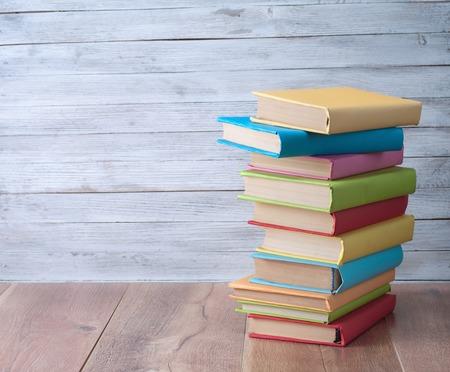 木製の背景の本。