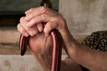 de hand van een wandelstok Stockfoto