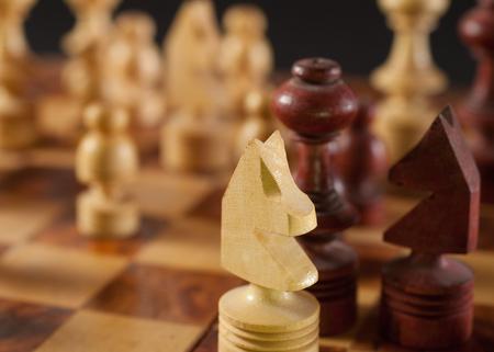 pensamiento estrategico: piezas de juego de ajedrez de madera