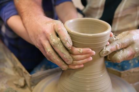 alfarero: alfarero ense�a al estudiante el arte de la cer�mica de barro Foto de archivo