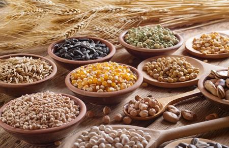 Ziarna zbóż, nasiona, fasola na drewnianym tle.