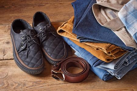 ropa casual: la ropa y los accesorios de los hombres en el fondo de madera marrón Foto de archivo