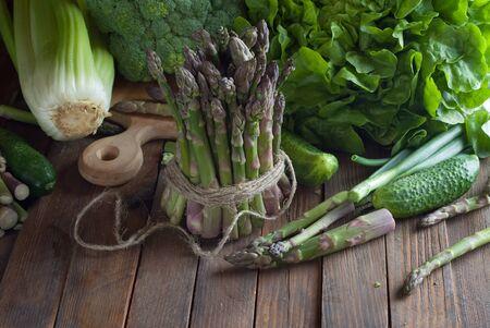 Verse groene groenten op houten tafel
