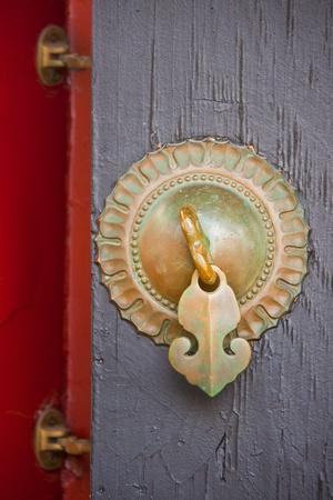 Petite Poignée De Porte Métallique Antique Avec 2 Charnières Sur Un