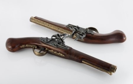 flint gun: 2 viejas pistolas de duelo en el entorno blanco, uno de ellos es al rev�s