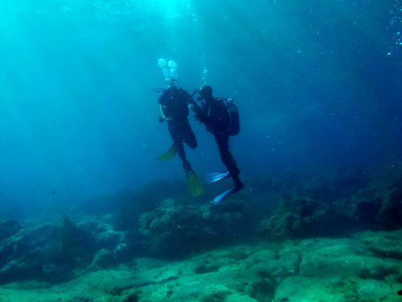 two scuba divers in ocean Standard-Bild