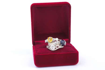 Rings Jewelry è popolare tra le ragazze. Un simbolo di amore e la convinzione che la prosperità di chi lo indossa., gli anelli su sfondo bianco Archivio Fotografico