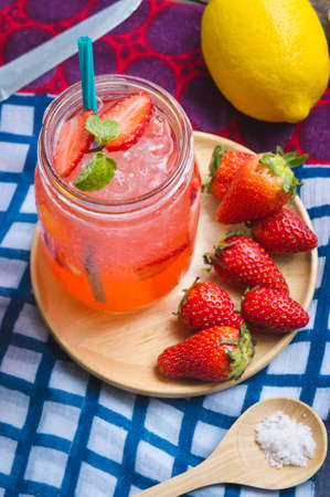 lata de refresco: Strawberry juice and lemon soda juice mixed with soda. Add flavor Improve the health of the body can do at home. Juice on empty days Or party