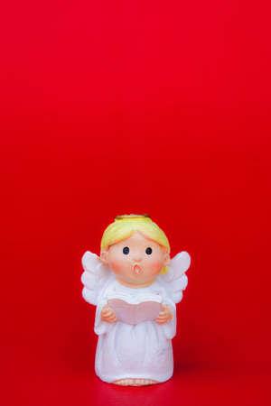 kırmızı arka plan ve sevgililer günü arka planında kopya alanındaki aşk için cupid bebek Stok Fotoğraf
