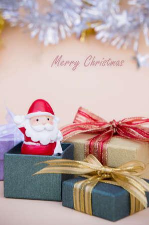 santa claus bebek yılbaşı arka plan ve hediye kutusu ve kopyalama alanı Stok Fotoğraf