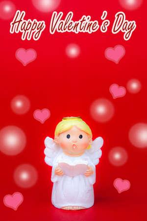 Kırmızı valentin arka plan ve pembe kalp şeklinde kırmızı arka plan üzerinde cupid bebek mutlu sevgililer günü konsepti valaetine gün cupid