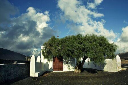 lanzarote: een eenzame witte kerk in ruwe lava woestijn, Lanzarote, Canarische Eilanden Stockfoto