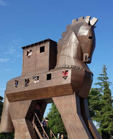 cavallo di troia: I turisti all'interno del cavallo di Troia. Si guardano attraverso le finestre Editoriali