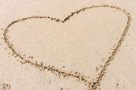 砂浜に描かれたハートの形。愛の概念、ロマンチックな関係