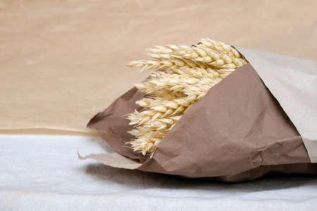 Bouquet von goldenen Weizenspitzen zusammengebunden und in Kraftpapier eingewickelt. Platz kopieren