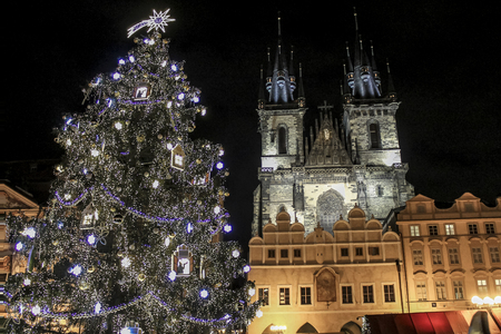 Christmas tree near Tyn Church in Prague's main square in Czech Republic. Banque d'images