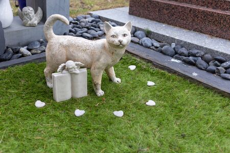 Grave of a cat, stone cat statue in the pet cemetery, RIP Фото со стока - 149533096