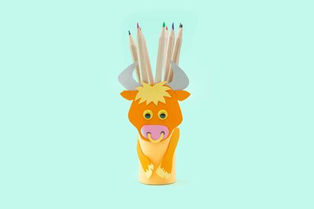 ox or bull toilet paper roll craft for kid, easy pencil holder, farmyard animal craft, light green background Фото со стока - 150025196