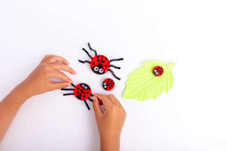 cute bottle cap ladybugs, spring craft, creative ideas, DIY kids craft using plastic bottle cap, activity for preschooler Фото со стока - 152332654