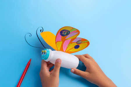 how to make a butterfly from yogurt plastic bottle, ideas for kids activity, childrens creativity. handicraft from improvised means. butterfly craft. simple and cheap. activity for the child