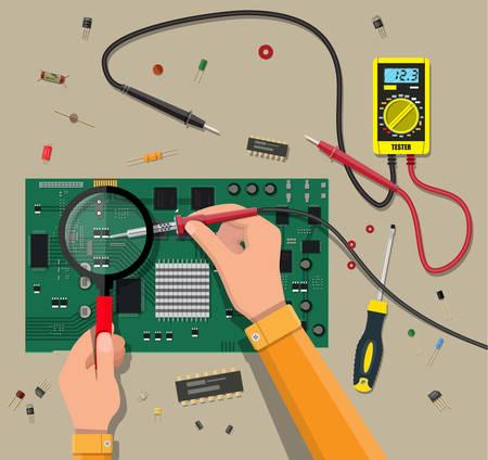 Mains d'ingénieur avec multimètre numérique et outil de soudage vérifie la carte mère. Matériel PC Composants pour ordinateur personnel. Service, récupération, garantie, réparation. Illustration vectorielle dans le style plat