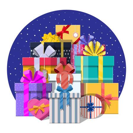 Tas de boîtes-cadeaux isolé sur blanc. Coloré enveloppé. Vente, shopping. Présent boîtes différentes tailles avec des arcs et des rubans. Collection pour anniversaire et vacances. Illustration vectorielle dans le style plat Banque d'images - 91392817