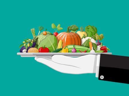 Taca pełna warzyw w ręku. Cebula, bakłażan, kapusta, papryka, dynia, ogórek, marchewka pomidorowa i inne warzywa. Zdrowa żywność ekologiczna. Żywienie wegetariańskie. Ilustracja wektorowa w stylu płaski
