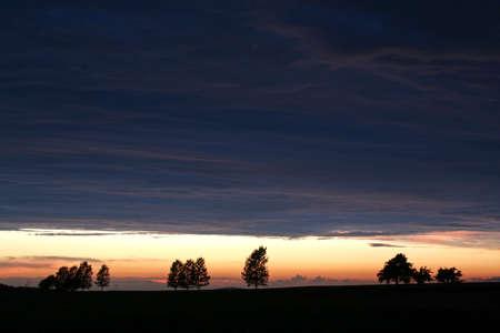 pesantezza: Nightfall nel paesaggio con alberi Archivio Fotografico