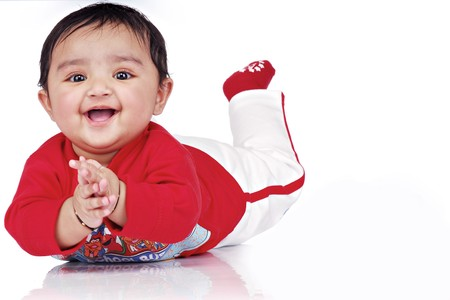 baby crawling: beb� acostado con juguetes blandos