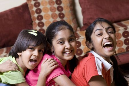 familia unida: hermanos de edades comprendidas entre los once a cuatro se divierten juntos