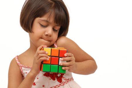 teaser: bambina indiana difficile cercare di risolvere il puzzle Editoriali