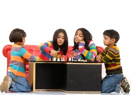 ninos indios: Indias ni�os jugando el juego de mesa en casa  Foto de archivo