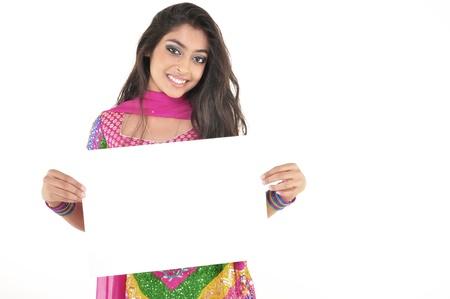 Niña india llevaba ropa étnica celebración de firmar en blanco