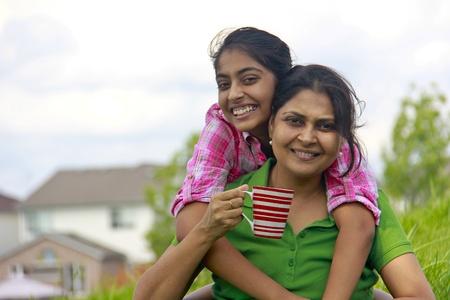 madre e hija: Hija de madre cari�osa que goza en el parque