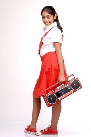 tape recorder: Muchacha bonita indio que sostiene una grabadora de cinta roja Foto de archivo