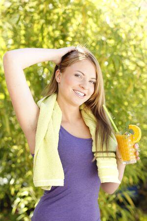 jugo de frutas: Jugo de fruta consumici�n de la mujer en verano al aire libre