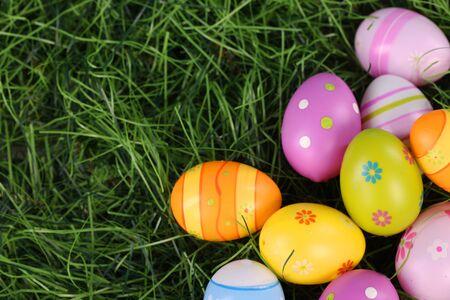 huevos de pascua: huevos de Pascua coloridos en la hierba Foto de archivo