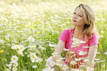 Femme heureuse dans un champ de fleurs Banque d'images - 37410057