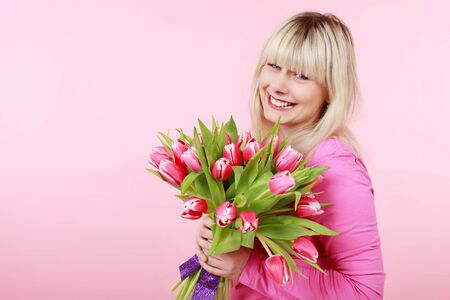 vrouw blond: Mooie blonde vrouw met een bos van tulpen Stockfoto