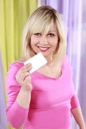 vrouw blond: Mooie blonde vrouw met visitekaartje Stockfoto