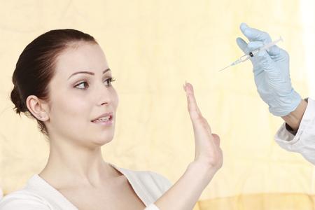 fend: Donna attraente con la paura di colpi da un medico