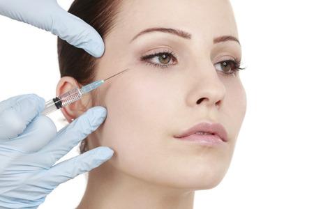 魅力的な女性は、医師の美容治療を取得します。