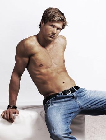 body man: Hombre joven atractivo con el torso desnudo aislado