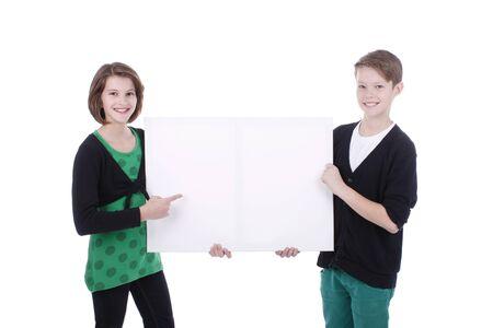 leeg bord: De jongen en het meisje achter een leeg bord geïsoleerd