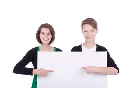 leeg bord: Twee tieners die wijzen op een leeg bord geïsoleerd