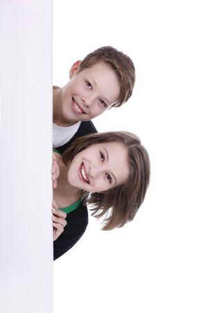 leeg bord: Jongen en meisje op zoek bent om de hoek van een leeg bord