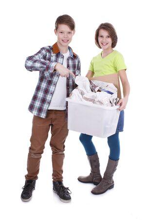 waste paper: Chico y chica con caja de papel para el reciclaje
